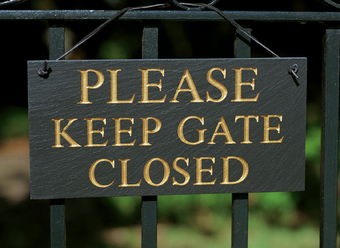 "1727: ""Please Keep Gate Closed"" Sign (Product Detail)"